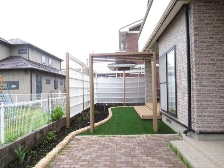 人工芝が明るいプライベートガーデン H邸